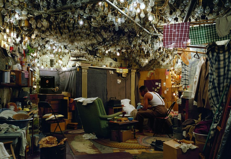 Jeff Wall: Invisible Man, The Prologue, 1999-2001, Großbild-Dia in Leuchtkasten