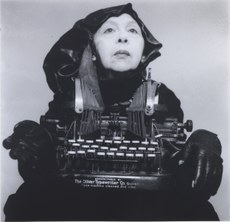 Geta Brǎtescu, Doamna Oliver în costum de cǎlǎtorie (Frau Oliver in ihrem Reisekostüm), 1980–2012, Schwarzweißfotografie (alle Fotos: © Mihai Brătescu/Ștefan Sava; Courtesy of The Estate of Geta Brǎtescu, Hauser & Wirth and Ivan Gallery Bucharest)